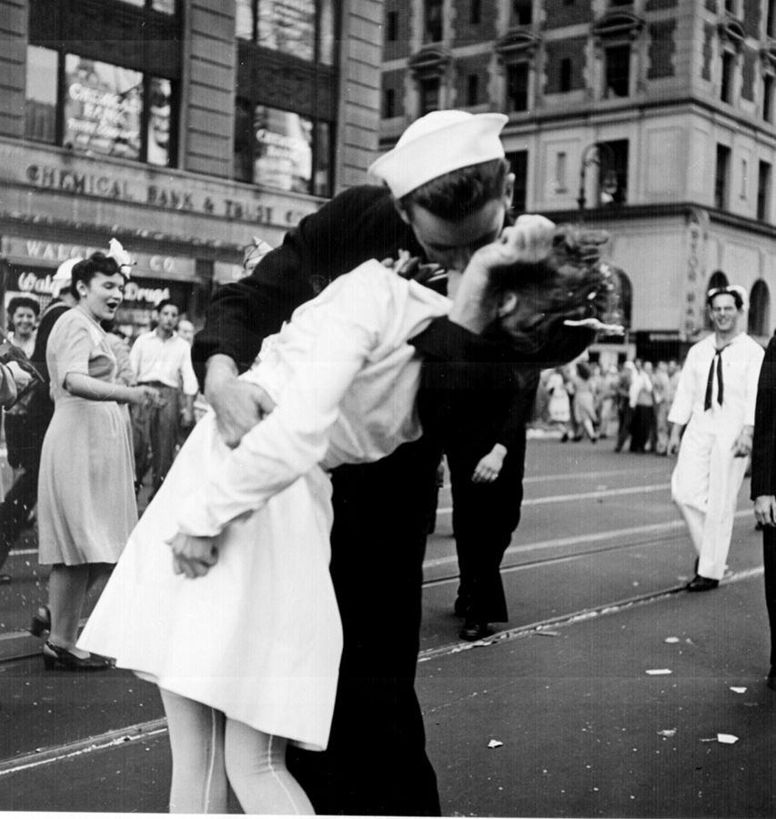 """Kissing the War Goodbye"" by Lt. Victor Jorgensen - US archives"